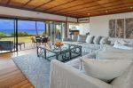 青い海と椰子の木のある家 リビングルーム