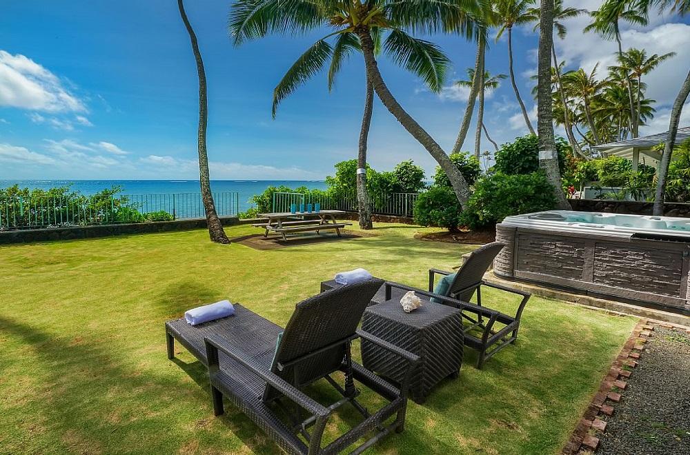 青い海と椰子の木のある家 庭からの景色