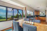 青い海と椰子の木のある家 ダイニング