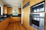 青い海と椰子の木のある家 キッチン