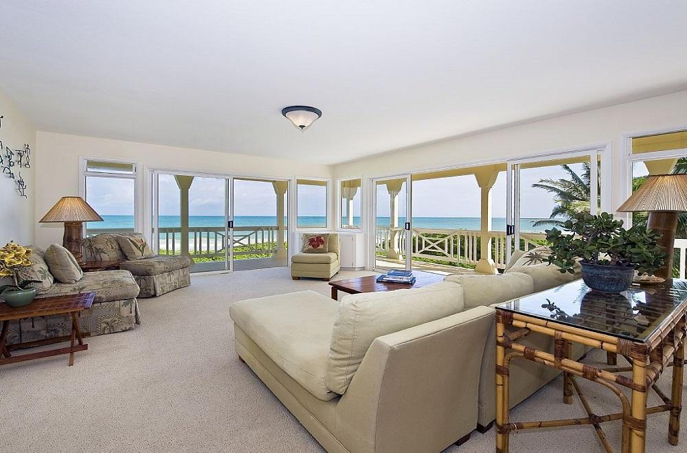 ホワイトハウス・オンザビーチ リビングルーム